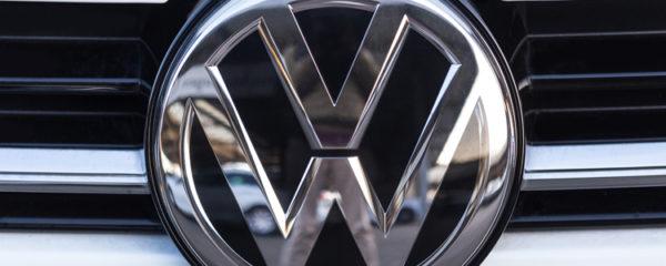 Gros plan sur le logo Volkswagen d'une voiture blanche